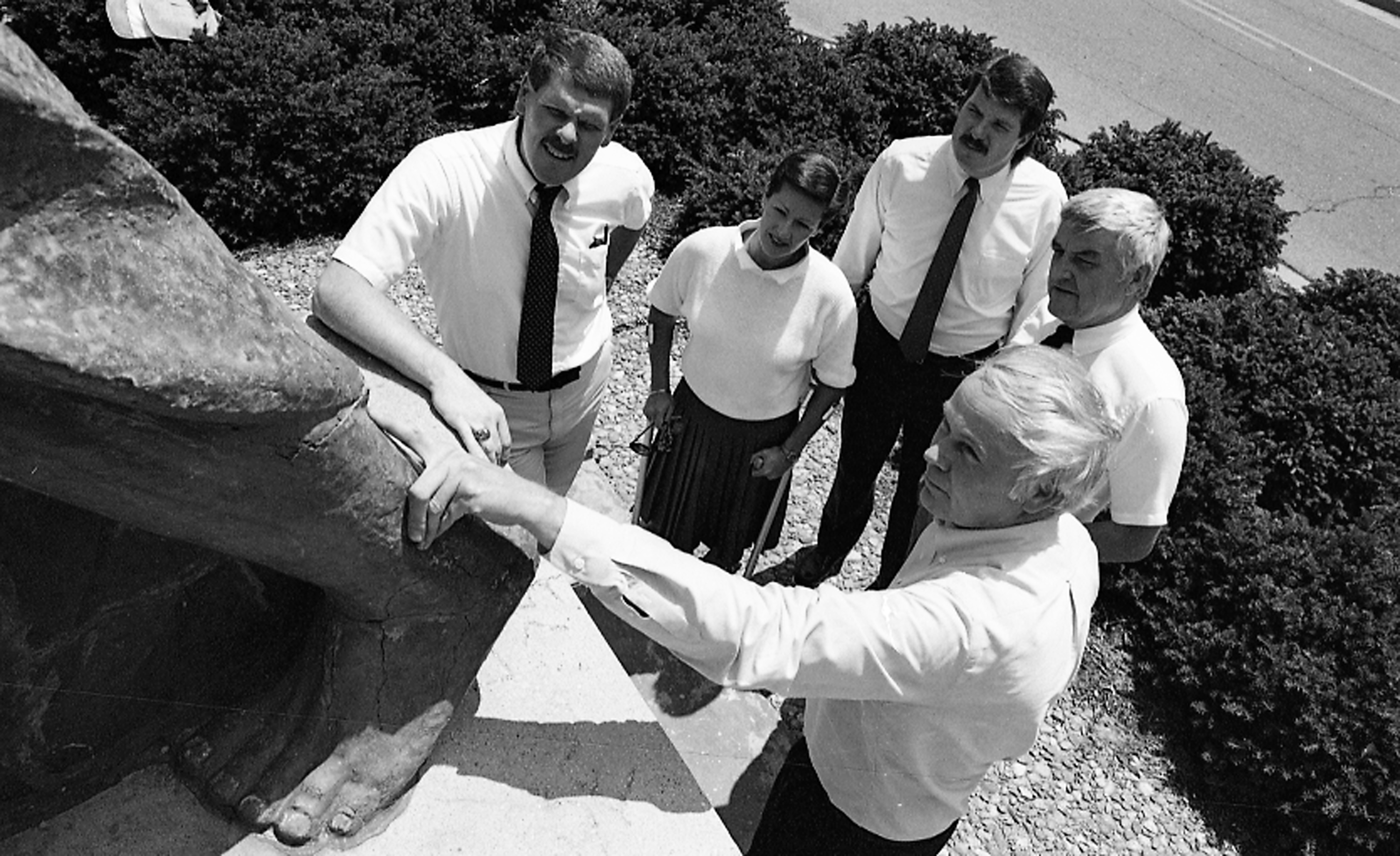 People looking at cracks on Sparty Statue, 1988