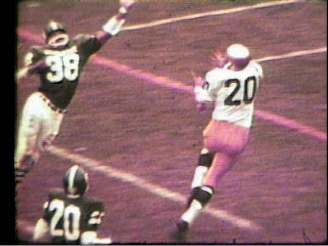 Bob Gladieux catches a touchdown pass, 1966
