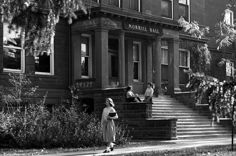 Students in front of Morrill Hall, 1955