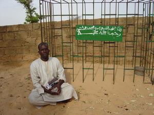 Photo of Makhtar Ndiaga Kone at the grave of Abou Mouhamed Kounta